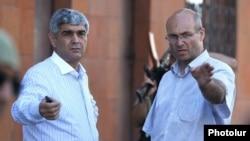 Посредник Виталий Баласанян (слева) и лидер захватчиков здания полиции Варужан Аветисян. Ереван, 23 июля 2016 года.