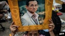 Прихильниця короля Таїланду з його портретом біля лікарні у Бангкоку, де він лікувався, 13 жовтня 2016 року