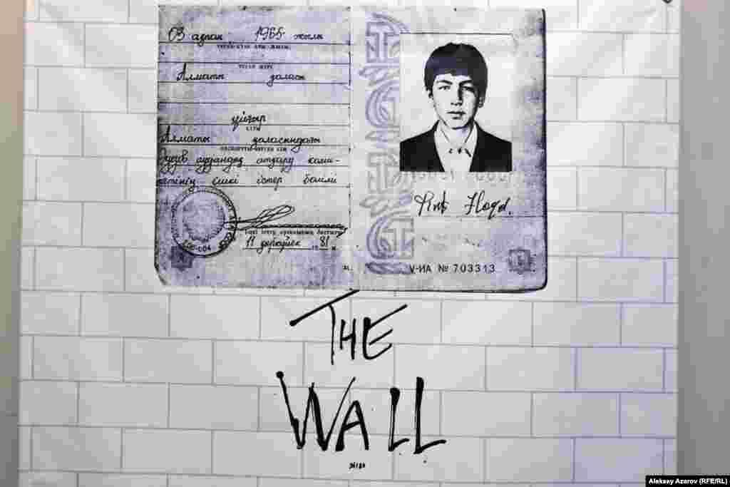 Абликим Акмуллаев жас кезінде британдық Pink Floyd тобының The Wall альбомы зор ықпал еткенін айтады. Өз сөзінше, 1981 жылы СССР азаматы төлқұжатын алған кезде Pink Floyd деп қол қойған, сол құжатпен Қазақстан тәуелсіздігін алып, жеке куәлік алғанға дейін жүрген