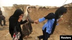 په اسلام اباد کې د کچه ابادۍ چې ډېری یې د افغانستان وګړي ول، پولی یوه مېرمن په زوره بیايي. ۲۰۱۵م کال ۳۰م جولايي