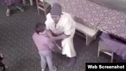 Воспитательница детского сада №10 в Денауском районе Сурхандарьинской области пугает ребенка ножом, угрожая нанести ему раны.