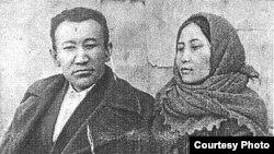 Акын жана жазуучу Мукай Элебаев жубайы Бурулча менен. Архив.