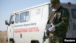 Сотрудник Национального ядерного центра измеряет уровень радиации на прилегающей к испытательному полигону территории. Восточно-Казахстанская область, 13 октября 2011 года.