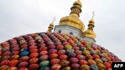 """""""Сфера добра та духовного відродження"""" художниці Оксани Мас перед Києво-Печерською Лаврою на Великдень 2010"""