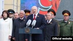 Аляксандар Лукашэнка (у цэнтры) падчас сьвяткаваньня Дня Перамогі. Менск, 9 траўня 2017