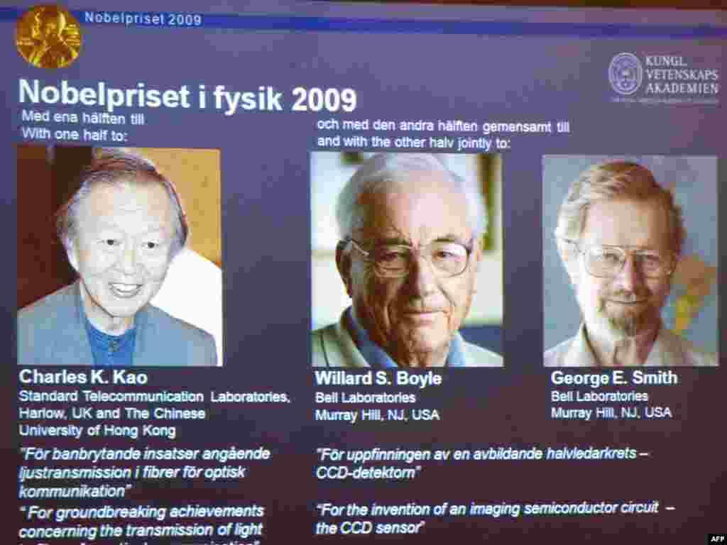 """6 tetor 2009 - Laureatët e çmimit Nobel për fizikë. Gjysmën e çmimit e mori Çarls Kao, shtetas britaniko-amerikan i lindur në Kinë për """"arritjet e jashtzakonshme"""" në fijet optike, gypa të hollë që transmetojnë informata digjitale në largësi. Amerikani Xhorxh Smith dhe Uillard Bojll, i cili ka shtetësi amerikane dhe kanadeze, e ndanë gjysmën tjetër të çmimit për shpikjen e një pjese që përdoret në kamerat digjitale."""