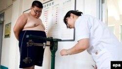 16 yaşlı çinli Guang Yue-nun çəkisi 128 kiloqram idi (Foto arxivdəndir)