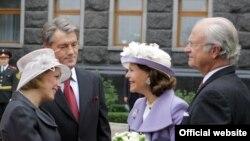 Під час офіційної церемонії зустрічі. Віктор Ющенко з дружиною Катериною та Карл XVI Густаф з дружиною Сільвією