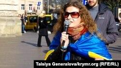 Участница прошедшего 2 ноября во Львове митинга против организованных сепаратистами выборов в Донбассе