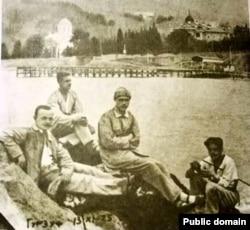 Міхась Зарэцкі зь сябрамі ў Гурзуфе. 13 лістапада 1925 году