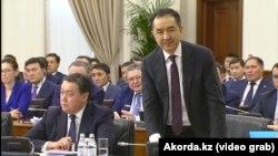 Премьер-министр Казахстана Бакытжан Сагинтаев (справа) на расширенном заседании правительства. Астана, 30 января 2019 года.