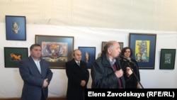 Выставка весенняя и посвящена женщинам. Это девятая персональная выставка художника Ильи Цвижба (крайний слева). Фото автора