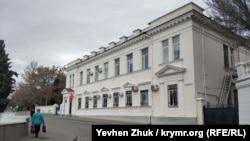 Дом №1 на Набережной Корнилова – бывшая грязелечебница и роддом, а сейчас институт