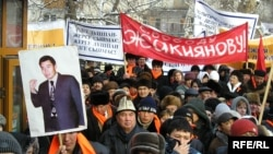 Демонстрация в Алматы в поддержку одного из основателей ДВК Галымжана Жакиянова, находившегося на тот момент в тюрьме. Алматы, январь 2005 года.