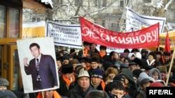 Демонстрация в Алматы в защиту лидера ДВК Галымжана Жакиянова. Январь 2005 года.