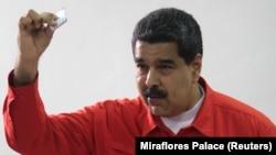 Претседателот на Венецуела, Николас Мадуро на гласањето на изборите.