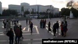 Яке аз майдонҳои шаҳри Ишқобод. Акс аз бойгонӣ.