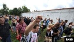 Прихильники Навального ідуть до СІЗО, до якого відвезли засудженого, Кіров, 18 липня 2013 року