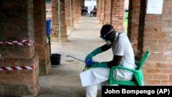 Një punëtor shëndetësor në Kongo ka të veshur rrobat mbrojtëse kundër virusit Ebola.