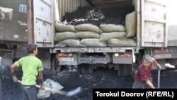 Сүлүктүдөгү көмүр шахтада иштеген балдар (Сүрөттү тарткан Төрөкул Дооров)