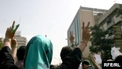 Demonstrantlar 2009-njy ýyldaky dawaly prezidentlik saýlawlarynyň ikinji ýyl dönümi mynasybetli köçä çykdylar. Şol saýlawlarda prezident Mahmut Ahmedinejad täze möhlete saýlanypdy.