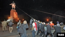 Бўйи 20 метр келадиган Ленин ҳайкали 28 сентябрь куни қулатилганди.