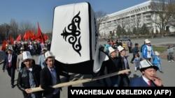 Qırğızıstan martın 5-ni rəsmi Kalpak Günü kimi qeyd edir.