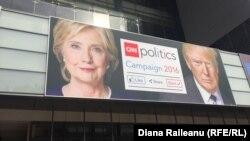 АҚШ президенттігіне кандидаттар Хиллари Клинтон мен Дональд Трамп бейнеленген сайлау науқаны кезіндегі баннер. (Көрнекі сурет.)