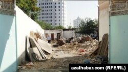 Ашғабаттың Чандибиль ауданындағы қиратылған үй. 3 тамыз 2012 жыл.