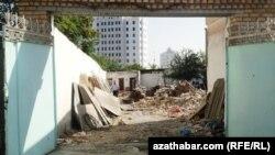 Частный дом, попавший под снос в ашгабатском районе Чандибиль. 3 августа 2012 года.