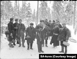 Poză de grup cu soldați finlandezi