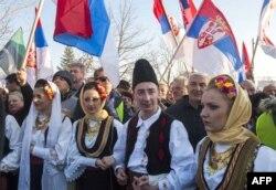 Косовські серби вітають сербського прем'єра у Ґрачаниці, 14 січня 2015 року