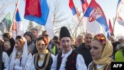 Serbë të Kosovë, gjatë një pritje solemne për kryeministrin serb, Vuçiq, në Graçanicë, Kosovë, 14 janar 2015
