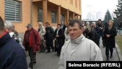 Porodice žrtava ispred suda, 15. februar 2013.