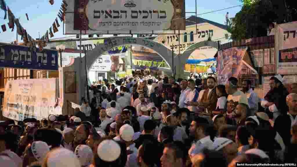 Молитвы и танцы перед зданием, в котором хранится могила раби Нахмана
