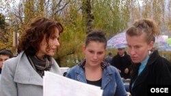 Arieta Koliqi iz OSCE misije na Kosovu u Peći objašnjava proceduru izbora koji se održavaju 17. novembra.
