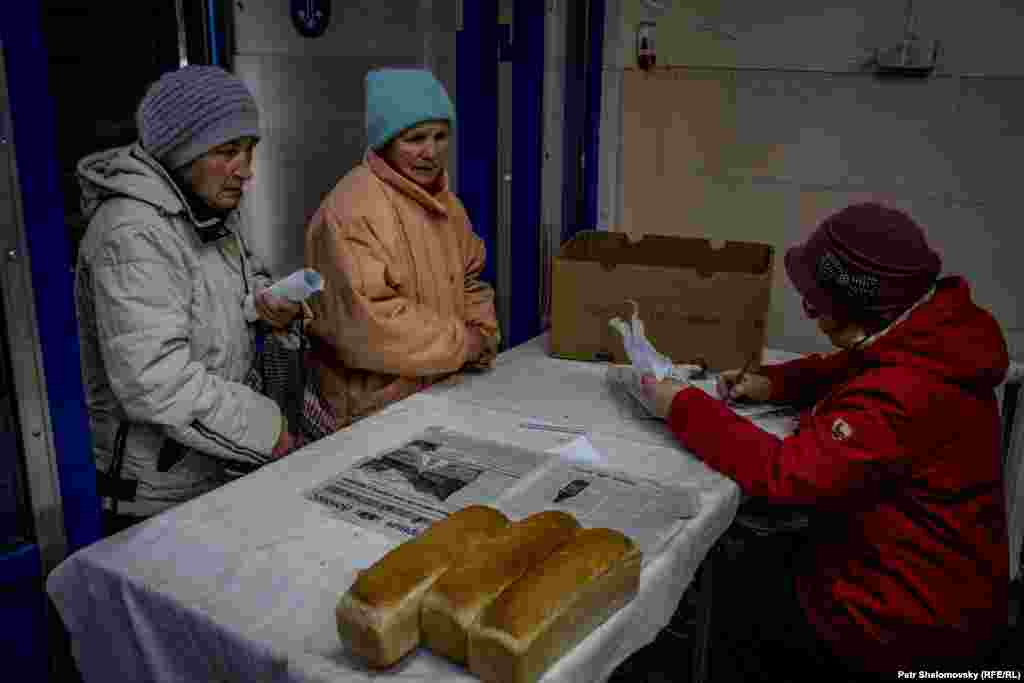 Volunteers hand out food in Debaltseve.