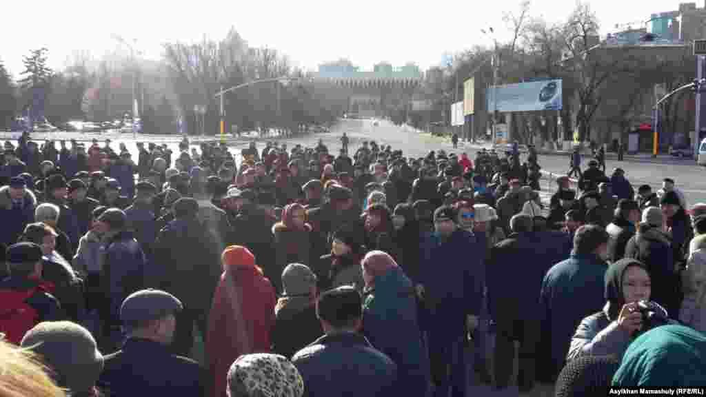 1986 жылғы Желтоқсан оқиғасы құрбандары құрметіне тұрғызылған «Тәуелсіздік таңы» ескерткіші алдына жиналған адамдар. Алматы, 17 желтоқсан 2015 жыл.
