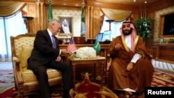 جیم متیس وزیر دفاع آمریکا و محمد بن سلمان وزیر دفاع سعودی