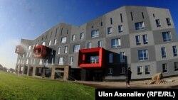 Борбор Азиядагы Америка университетинин жаңы кампусу Бишкектин түштүк аймагында тоо этектеп жайгашкан.