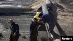 Punëtorë në një rafineri nafte në Irak