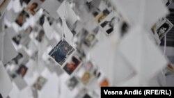 Fotografije ubijenih stanovnika Prijedora u instalaciji povodom obilježavanja Dana bijelih traka, Beograd, maj 2018.