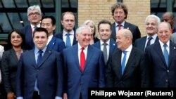 პარიზი, 2018 წლის 23 იანვარი: ქიმიური იარაღის შესახებ კონფერენციის მონაწილე მინისტრები, მათ შორის აშშ-ის სახელმწიფო მდივანი რექს ტილერსონი და საფრანგეთის საგარეო საქმეთა მინისტრი ჟან-ივ ლე დრიანი