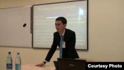 """Астанада өткен """"Блог-құрылтайда"""" өзін Азамат Битан деп таныстырған блогшы. YouTube желісінен алынған скриншот. Видео YouTube-ке 2012 жылы мамырдың 25-і күні жүктелген."""