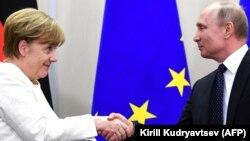 Германия канцлері Ангела Меркель мен Ресей президенті Владимир Путин. Сочи, 18 мамыр 2018 жыл.