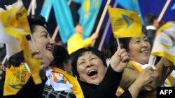 Сторонники президента Нурсултана Назарбаева поздравляют его с победой на выборах. Астана, 4 апреля 2011 года.
