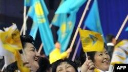 Сторонники Назарбаева праздную его победу на президентских выборах, Астана, 4 апреля 2011