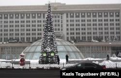 Новогодняя елка перед зданием акимата Алматы.