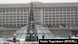 Алматы қаласы әкімдігінің алдындағы Жаңа жылдық шырша.
