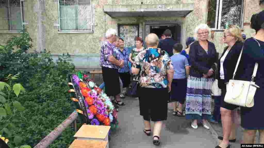 Прощание с еще одним погибшим в ходе теракта, 68-летним Николаем Онищенко, началось в 10 часов утра возле дома №12 по улице Алии Молдагуловой. Магазин «Паллада» находится на первом этаже здания.